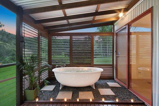 Kyogle, Australia: Large spa bath on cabin deck