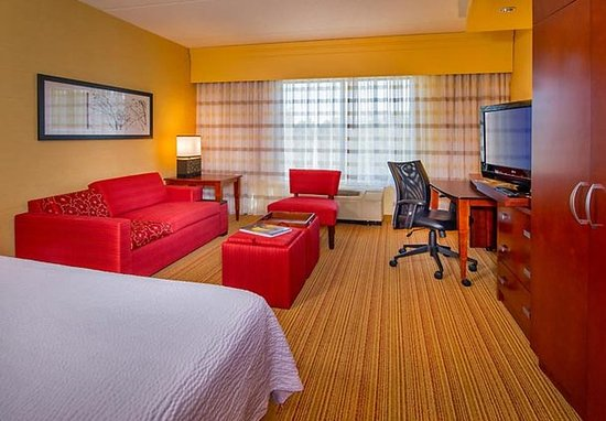 Annapolis Junction, MD: King Guest Room - Living Area