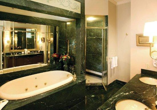 Greeneville, TN: Suite Bath
