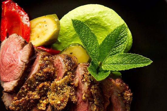 Kaiapoi, Nueva Zelanda: Herb Crusted Lamb with Pea Puree and warm salad of mediterranean veg