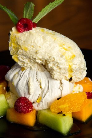 Kaiapoi, Nueva Zelanda: Brown Sugar Pavlova with fresh summer fruits and passion fruit coulis