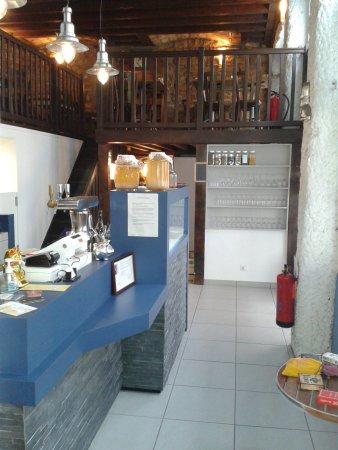 cuisine ouverte, comptoir à dessert et mezzanine, chaleureux et ...