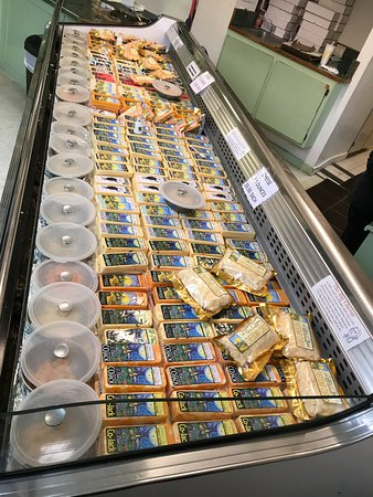 Loleta, CA: The main cheese tasting case