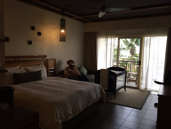 Outrigger Fiji Beach Resort: Resort view room - queen bed with sofa bed & baby cot