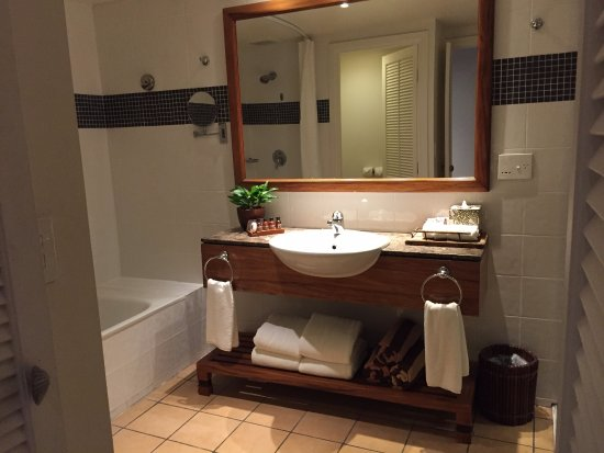 Outrigger Fiji Beach Resort: Large bathroom in resort view room