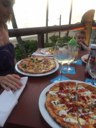 Outrigger Fiji Beach Resort: Lobster pizza & Indian pizza at Sundowner - highly recommended!