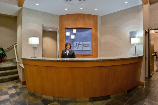 Holiday Inn Express Vancouver Airport : Front Desk