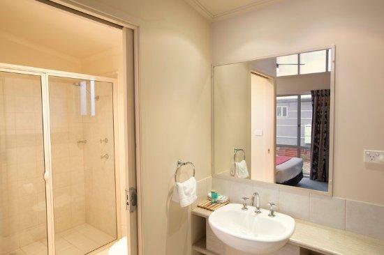 Gerroa, Australia: Deluxe Riverside 2BR - Bathroom