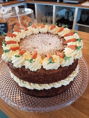 Wymondham, UK: Scrumptious, home baked carrot cake 🥕