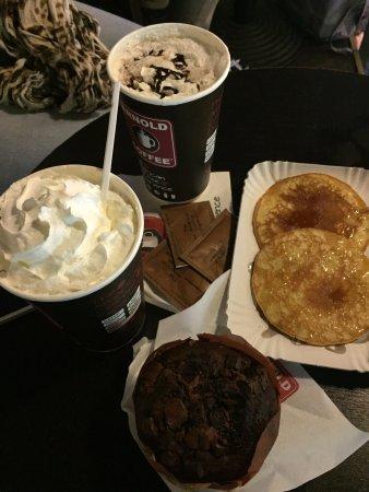 Arnold Coffee: Muins al cioccolato, cioccolata al latte, pancakes allo sciroppo e cappuccino