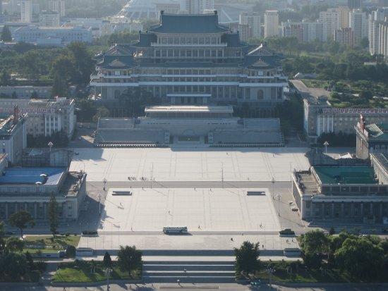 Pyongyang, Corea del Norte: Kim Il Sung Square from atop the Juche Tower.