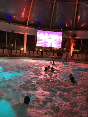 Weinheim, เยอรมนี: DJ party with foam in small dome pool