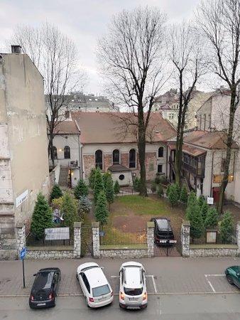 Momotown Hostel: widok na XVII wieczną synagogę z okna pokoju w hostelu Momotown (ul. Miodowa, Kraków).