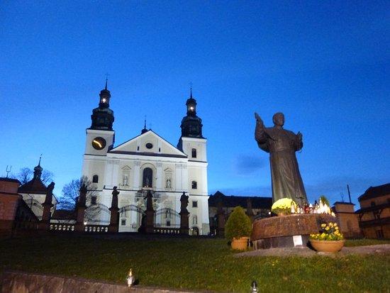 Kalwaria Zebrzydowska, Polen: 教会とローマ法王像