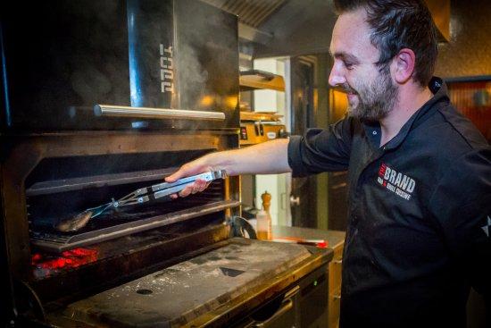 Veldhoven, The Netherlands: Chef kok Niek van Campen achter onze prachtige KOPA houtskool grill.