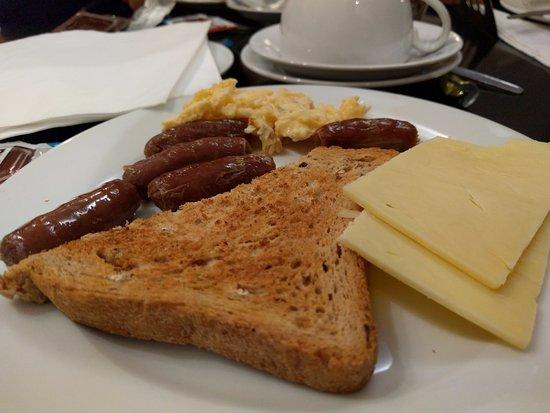 Reem Hotel: Colazione con toast, uova, salsicce e formaggio