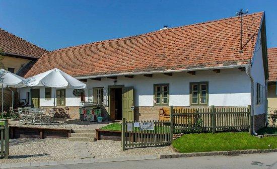 Solymár, Magyarország: Mandula Kávézó a Templom téren