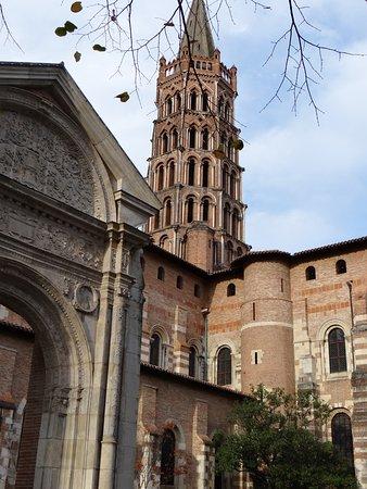 Basilique Saint-Sernin: Le porche d'entrée de la basilique