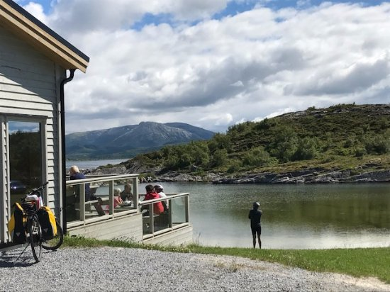 Bronnoysund, Norwegen: In the summer you can sit outside on the terrrace, just by the lake.