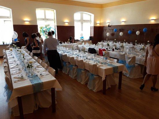 Kallstadt, เยอรมนี: Der Raum ist leicht zu schmücken. Die Tische können flexibel angeordnet werden.