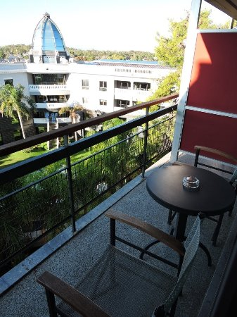 Sea View Hotel: Vue d'une chambre arrière sur le jardin d'un bâtiment à couple à front de Boulevard Posseidonos