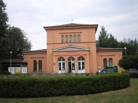 Брно, Чехия: Lužánky - budova u vstupu do parku.