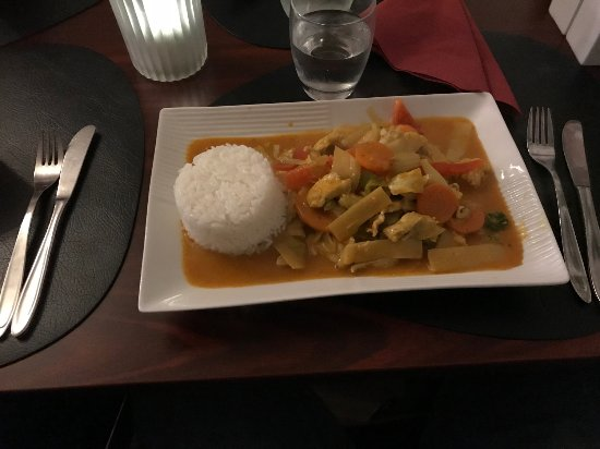 Cafe Le Chi: Chicken in red curry, medium spicy and tasty.