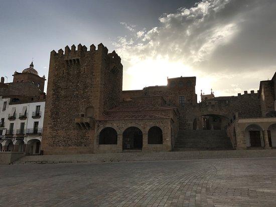 Torre de Bujaco desde la Plaza Mayor.