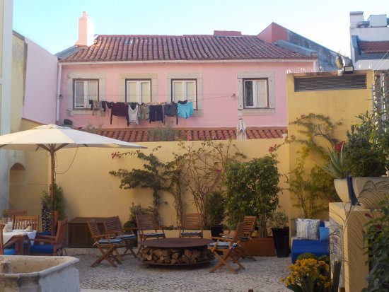 Solar Do Castelo: The inside yard with the clothes of the neighbour!