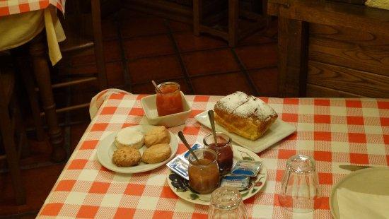Mogarraz, Ισπανία: desayuno con mermeladas caseras