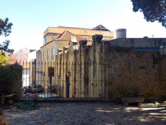Solar Do Castelo: The hotel seen from the castle