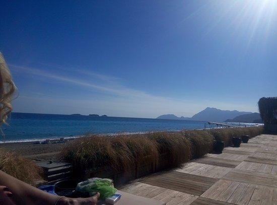 """MARTI Myra: есть """"деревянная зона"""" для загорания, выше пляжа"""