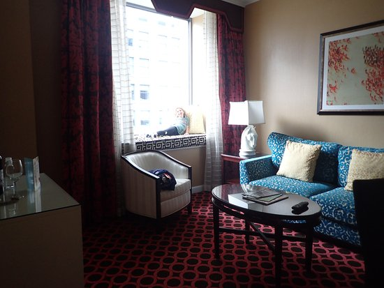 Kimpton Hotel Monaco Chicago: Living Room with Pull Out and Window seat