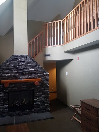 Banff Caribou Lodge & Spa: Fireplace in the Bourgeau Suite