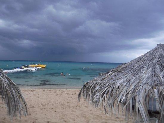 Vryssi Beach: Пляж