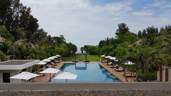 Layana Resort and Spa: Blick auf den Garten mit Sportpool