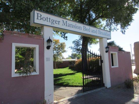 Bottger Mansion of Old Town: B & B entrance gate