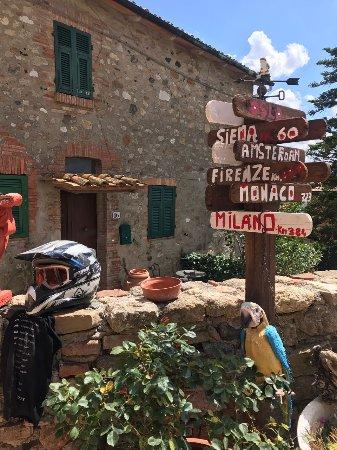 Montecastelli Pisano, Italia: divertente palo segnaletico