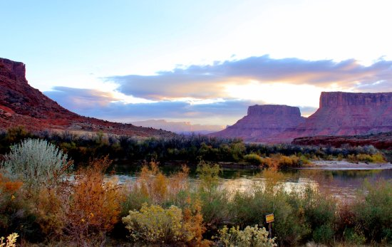 Red Cliffs Lodge: Photo taken a sunrise from our room