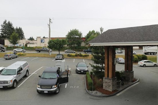 Aldergrove, Kanada: Shopping mall is across the street from the motel