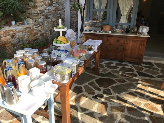 Villa Marandi Luxury Suites: Wonderful breakfast buffet with cooked to order eggs and bacon.