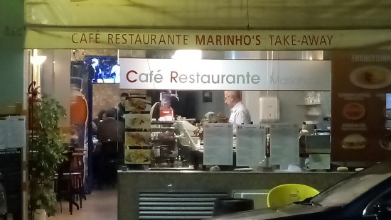 TRYP Porto Centro Hotel: family restaurant across street from hotel