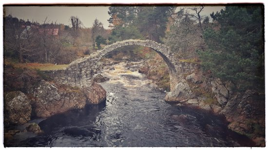 Cairn Hotel: The old bridge which is a minutes walk from the hotel