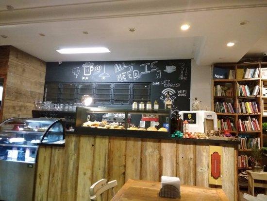Santo Bistrô e Café: ambiente interno, bons livros lhe aguardam