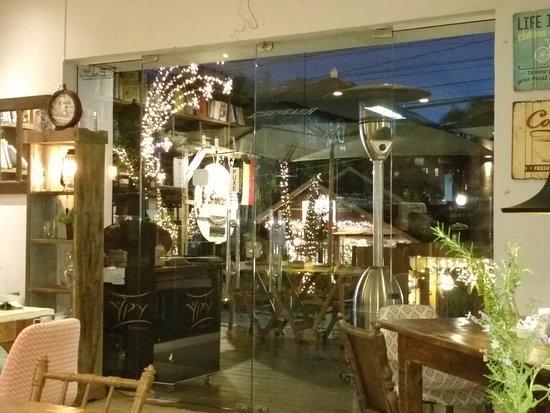 Santo Bistrô e Café: área externa, muito gostoso, tanto em dias quentes como frios, tem aquecedor