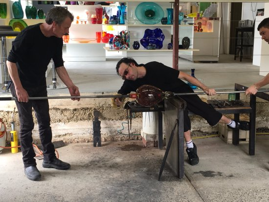 Healesville, Avustralya: Transferring the glass from the blowpipe to the punty