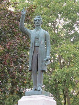 Seward House Museum: Statue of William Seward
