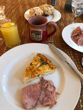 Wilmore, Κεντάκι: Hearty quiche, glazed ham, blueberry muffins, and good coffee!