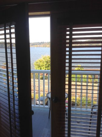 Rhinecliff, Нью-Йорк: From inside room looking out to deck overlooking Hudson River
