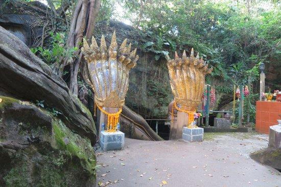 Khong Chiam, Ταϊλάνδη: จะเจอกับรูปปั้นพญานาค 2ตนอยู่ด้านหน้าปากถ้ำแห่งนี้่ครับ